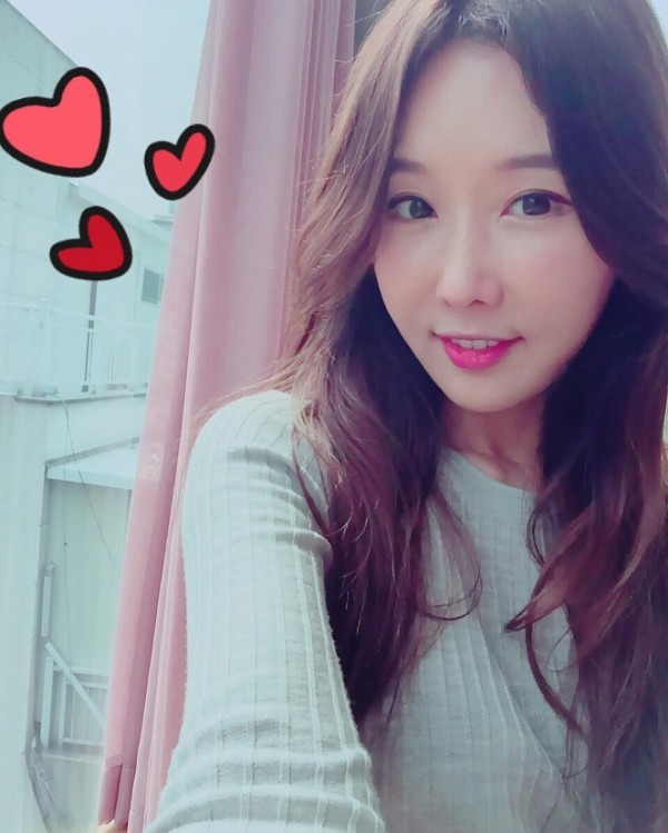 你相信她已經48歲了嗎?這名南韓女牙醫因先前與女兒一起上南韓的綜藝節目而引發外界關注,一夕爆紅的她在近日引發網友熱議。(圖擷自Instagram)