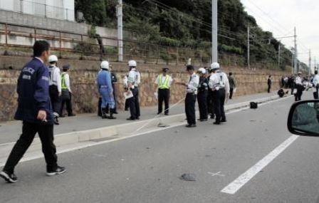 男性騎士因超速被警方追緝,隨後與另外一輛機車相撞,因相撞力道過大往外飛出,被一旁的鋼纜線活生生切成兩半。(圖擷取自神戶新聞NEXT)