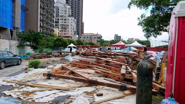 台北市議員何志偉揪出新北投車站重組工程的工地維護不周,任由檜木被雨淋濕。(台北市議員何志偉研究室提供)