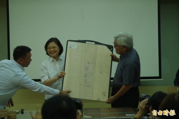 總統蔡英文(右二)在誌懋公司產品簽名,助他們行銷全世界,展現台灣競爭力。(記者林國賢攝)