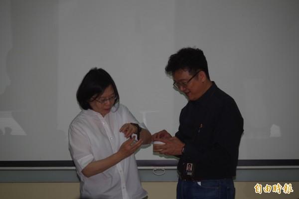 總統蔡英文載上誌懋公司開發能量錶,體驗中小企業研發能量。(記者林國賢攝)