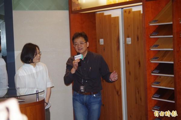 總統蔡英文(左)參觀雲林誌懋公司,體驗台灣中小企業競爭力。(記者林國賢攝)