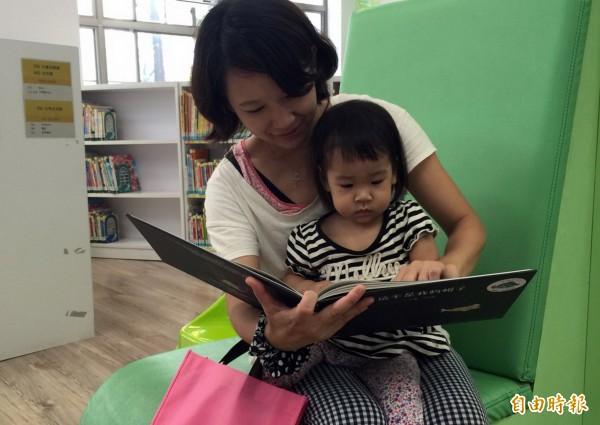 南市圖鼓勵家長時常參與親子共讀活動,一同培養嬰幼兒的閱讀興趣與習慣。(記者蔡文居攝)