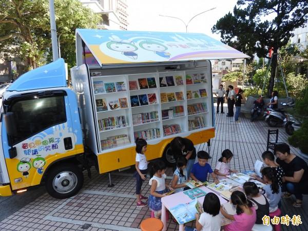 中台禪寺捐贈埔里鎮立圖書館全新的行動圖書車,今天正式啟用。(記者佟振國攝)