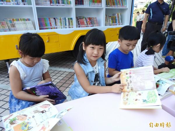 行動圖書車提供3000冊的圖書量,讓小朋友能挑選喜愛的書籍開心閱讀。(記者佟振國攝)