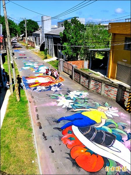 新竹縣竹東動漫園區東側藝術村前的巷道,被改造成藝術彩繪大道。(記者蔡孟尚攝)