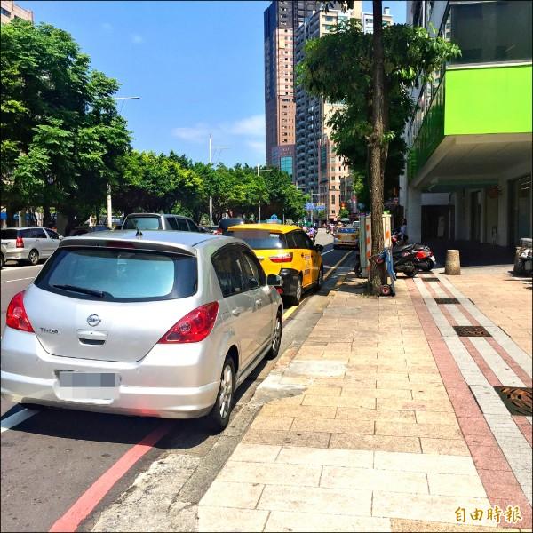 基隆市街道狹窄,許多地區多為紅線,違停情況嚴重,一九九九專線啟用以來,派工項目中,以檢舉違停為大宗。(記者俞肇福攝)