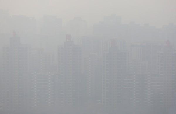 中國北京經常受霧霾所困,最近又因嚴重霧霾,連官方媒體都出面批評。(路透)