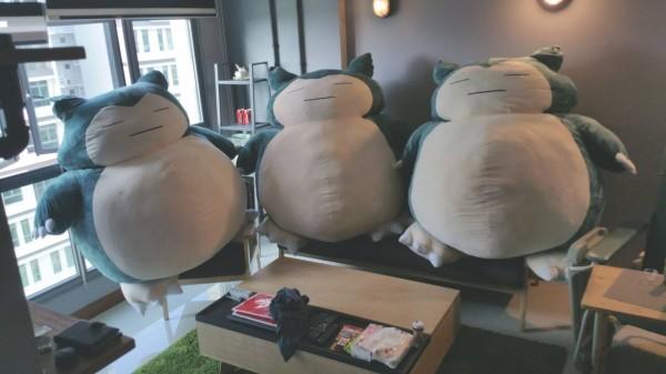 新加坡一名男子得知妻子非常喜歡「卡比獸」,偷偷買了3隻卡比獸造型的布偶,希望給予妻子驚喜,不料妻子卻氣得揚言回娘家。(圖擷取自臉書)