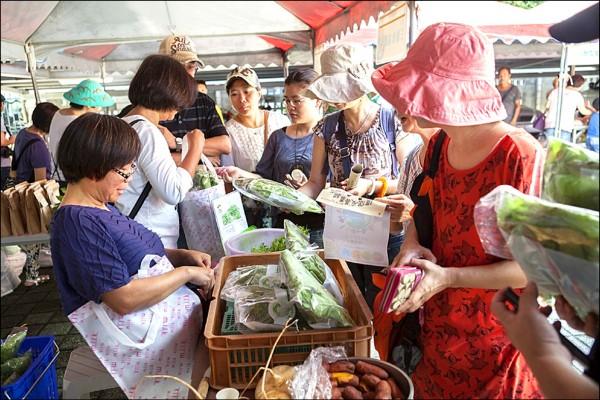 先前在金山舉辦的「自然環保友善農耕市集」,受到民眾熱烈好評。 (新北市農業局提供)