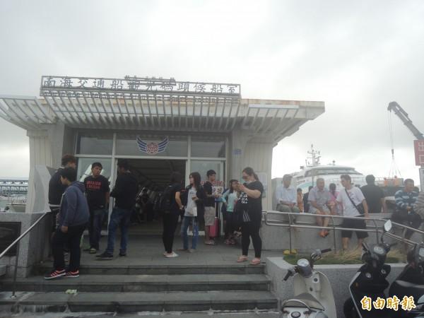 澎湖南海碼頭一早就湧入返鄉投票人潮,除原有交通船運輸外,也加租一艘快艇運送。(記者劉禹慶攝)