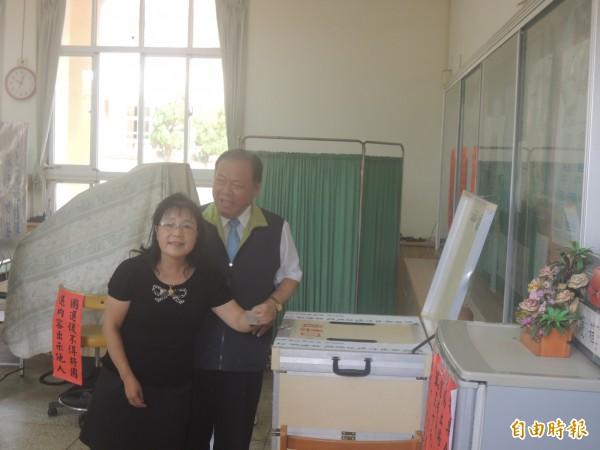 澎湖縣長陳光復偕同夫人,在文澳國小投開票所投票。(記者劉禹慶攝)