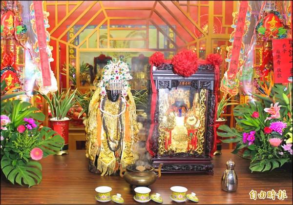 順安宮聖二媽遶境,百年來首次下轎,在開台尊王靖興里紅壇作客。(記者黃淑莉攝)