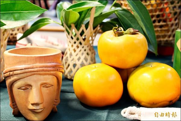 新竹縣五峰鄉的甜柿上市了,今年首度跟郵局合作,地產地銷。(記者黃美珠攝)