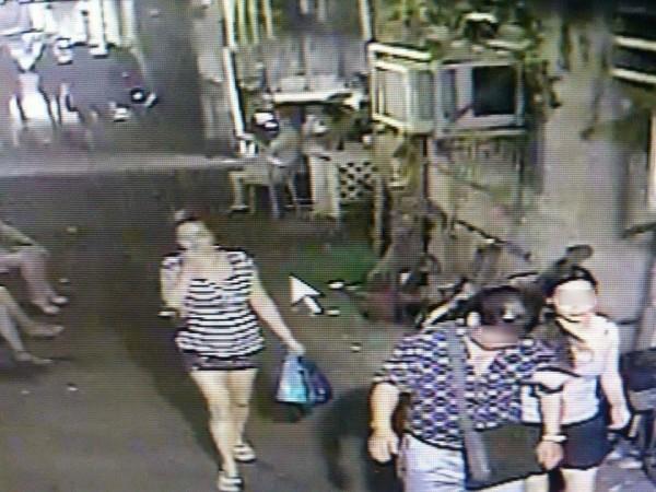 圖為奉女(右)與岳女攬客時被街頭監視器拍到,圖中男子非當事人。(記者劉慶侯翻攝)