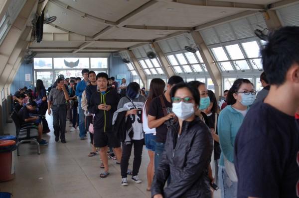 澎湖博弈公投在今日舉行,許多民眾抓緊時間返鄉投票。(中央社)