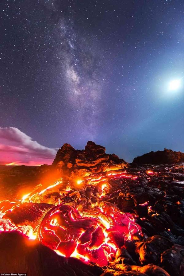 麥奇恩在一張照片中,同時捕捉到流星、熔岩和銀河(圖擷取自《哈芬登郵報》)