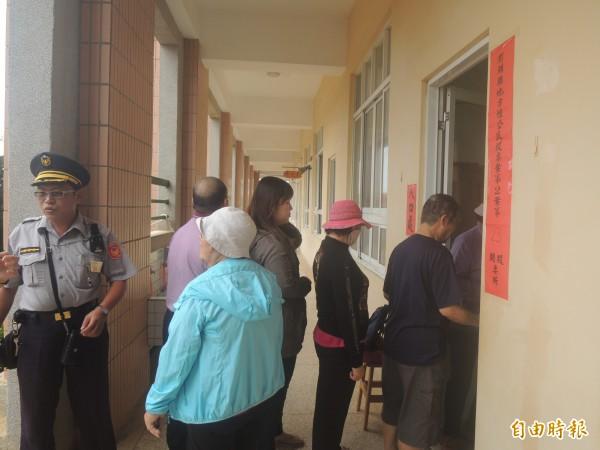 澎湖今天展開博弈公投,很多民眾都參與投票。(記者劉禹慶攝)