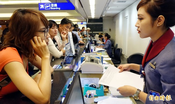 美國國務院發布最新護照與簽證規定,申請人不得配戴眼鏡拍攝證件所需的大頭照。圖為民眾出國前在機場櫃檯報到。(記者朱沛雄攝)