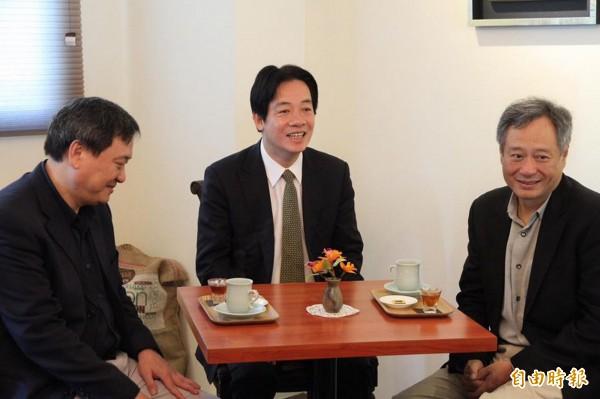 在國際大導演李安(右)積極促成下,台南沙崙農場將開發作為國際級的影城基地。(台南市政府提供)