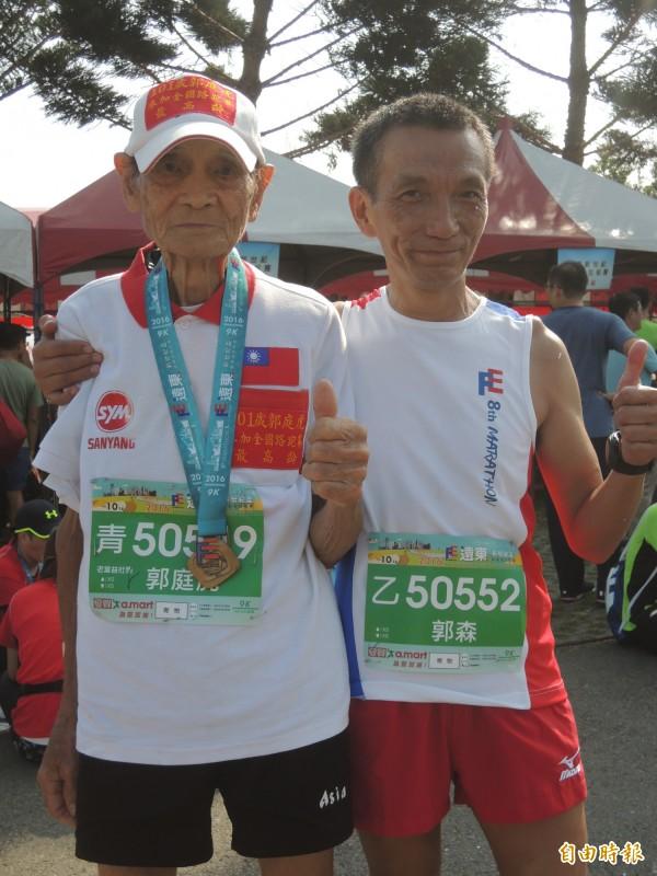 遠東新世紀經典馬拉松年紀最大的選手101歲郭庭虎,在兒子郭森的陪同下,神采奕奕的跑完9K,精神令人感佩。(記者廖雪茹攝)