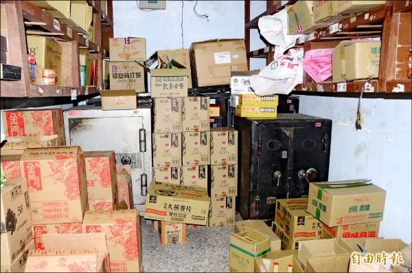 老金庫內已無現鈔、債券,以及重要文件,都是熱銷商品,還有年代更久遠的保險櫃。(記者吳俊鋒攝)