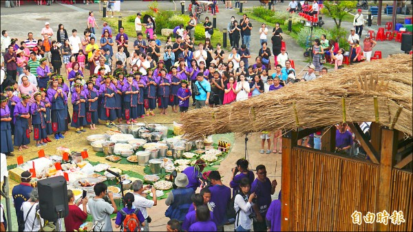 小林夜祭昨晚登場,傳承大武壠族傳統文化。(記者黃佳琳攝)