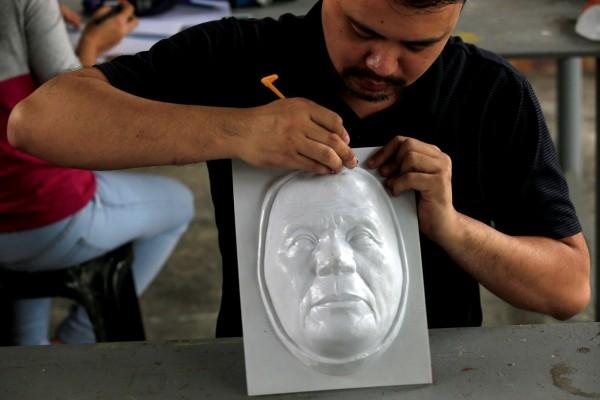 譚教授表示,他使用模壓機製作面具且手工上色,平均1小時可以一副面具,他估計可以在萬聖節前製作出800張面具。(路透)