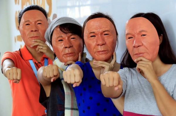 菲律賓總統杜特蒂用強硬手段對付毒品犯罪,卻也引發輿論爭議,一名大學教授看準商機,竟製作出擬真杜特蒂面具,準備在萬聖節前大賣一番。(路透)