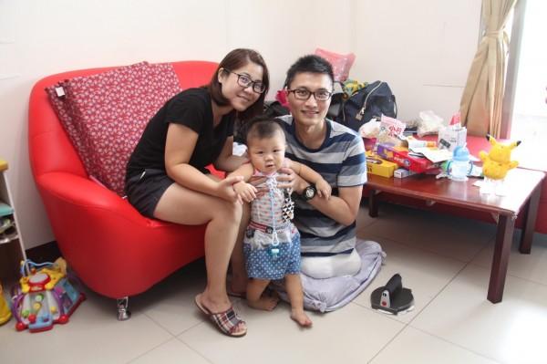 強震截肢後的洪家益首次與妻、兒在家歡聚。(圖:成大醫院提供)