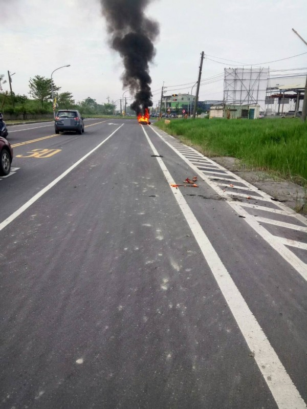 大寮區會結路機車遭縱火,黑煙沖天。(記者黃旭磊翻攝)
