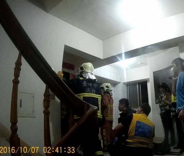警方見狀況緊急,聯繫消防救難人員破門。(記者張瑞楨翻攝)