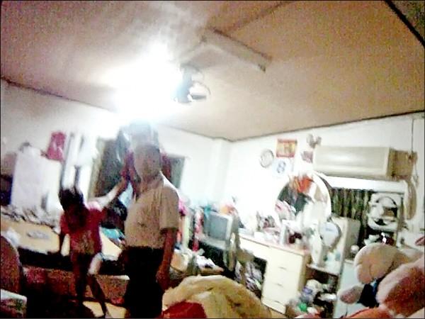 警察進門時,林姓婦癱軟在床,及時送醫後已無大礙。(記者王善嬿翻攝)