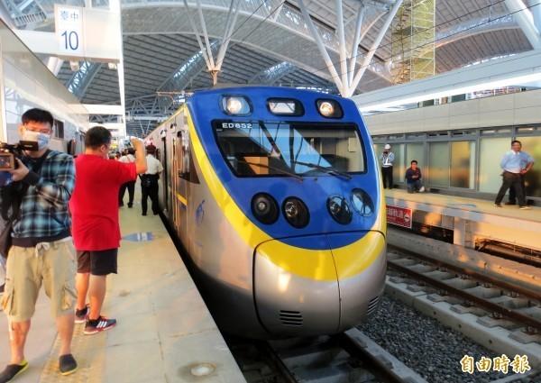 2120車次區間車是台中鐵路高架化的首班車。(資料照,記者張菁雅攝)