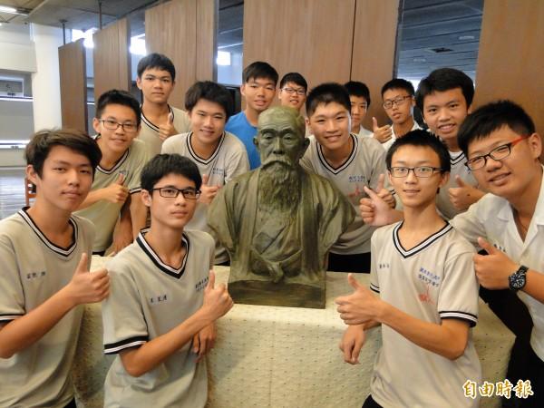 國寶藝術家黃土水生前最後的銅像雕刻作品的石膏像,日本商人「安部幸兵衛」先生,作品今天在彰中圖書館亮相。(記者張聰秋攝)