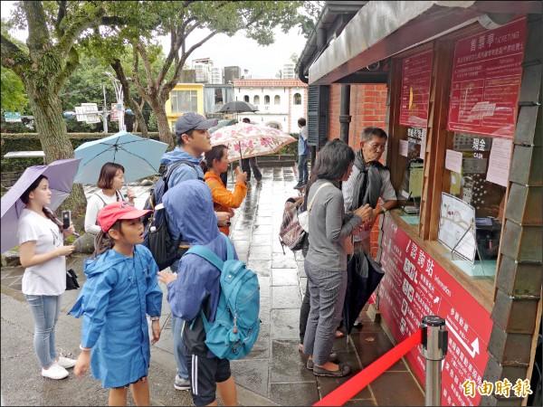 淡水古蹟博物館買票入園旅客中有一半是韓國旅客。(記者李雅雯攝)