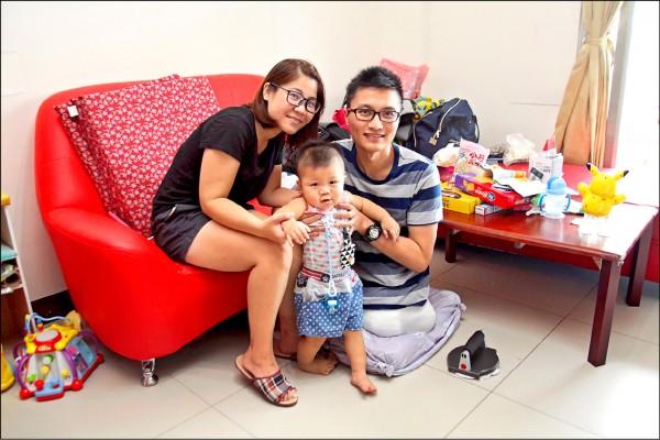 台南大地震震垮維冠大樓,洪家益失去了雙腿,歷經8個月的手術與復健,終於能回家4小時。(成大醫院提供)
