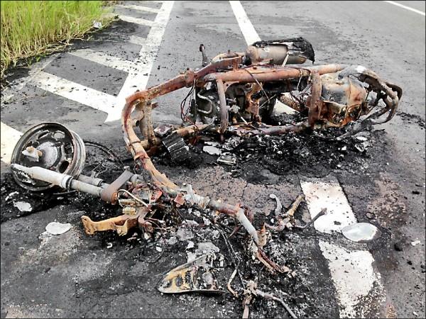 機車被燒成殘骸。 (記者黃旭磊翻攝)