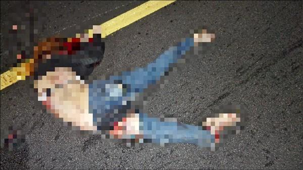 謝女疑似自撞後橫躺在內側與 中線車道。 (記者許展溢翻攝)