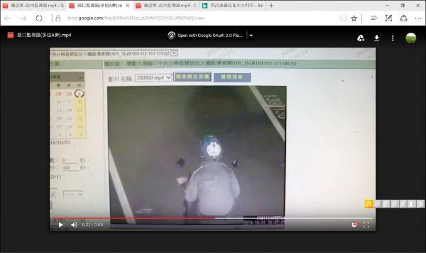 嫌犯戴著哆啦A夢圖案的安全帽被鎖定。 (記者吳仁捷翻攝)