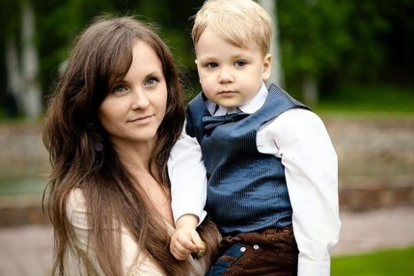 俄羅斯一名女子整形失敗,還因此被丈夫嘲笑是豬鼻子,最後想不開的她竟抱著自己8歲小孩一起跳樓自殺。(圖擷自鏡報)