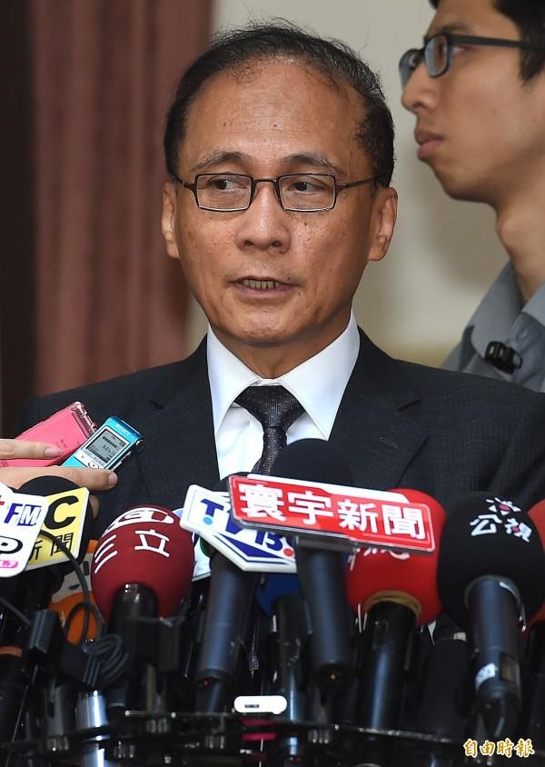 行政院長林全18日赴立院院會備詢,並於進入議場前,回應媒體針對電業法提出的問題。(記者朱沛雄攝)