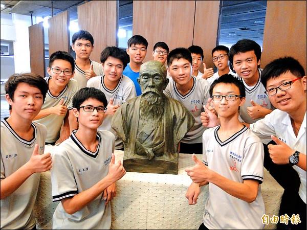 神奈川工商家長會捐贈台灣國寶級雕刻家黃土水生前最後作品,日本商人「安部幸兵衛」銅像的石膏作品,昨首度在彰中圖書館亮相。(記者張聰秋攝)