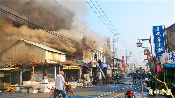 梧棲老街傳出火警,有9戶民宅慘遭祝融。(記者張軒哲攝)