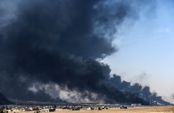 伊拉克聯軍日前展開摩蘇爾收復行動,被圍攻的IS竟使出焦土戰術,把逃亡沿路上的油井全部放火燒毀。(法新社)