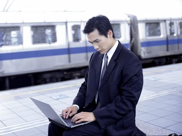 日本調查,至2015年底逾4成大企業引進遠距辦公。(情境圖)