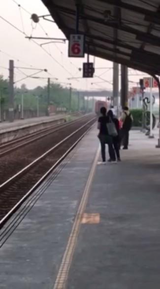 一列莒光號今下午在嘉義大林站開過頭,月台候車的民眾紛紛觀望該次列車怎麼了。(圖擷自爆料公社)