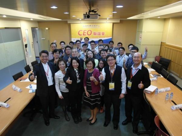 經濟部中小企業處副處長林美雪偕同資育董事長龔仁文,帶領團隊打造台灣最大新創平台。(資育提供)