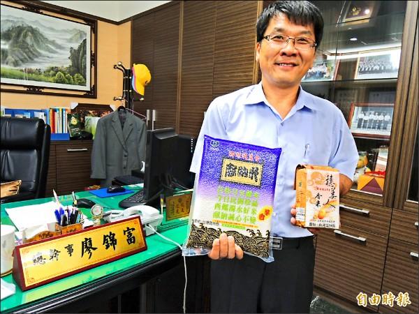 西螺農會入圍農糧署全國名米產地冠軍賽,總幹事廖錦富展示好米。(記者廖淑玲攝)