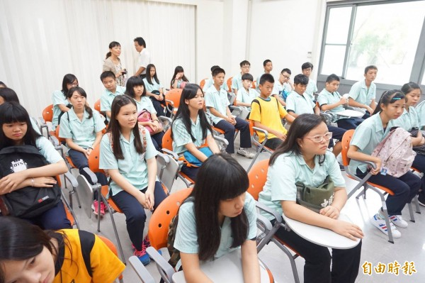 學童們前往宜蘭地檢署參加體驗營,了解毒品危害與法學知識。(記者林敬倫攝)